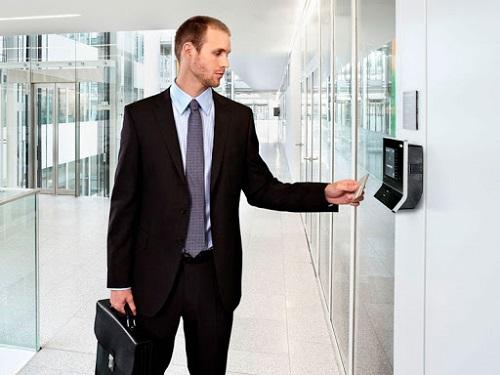 tìm hiểu hệ thống máy chấm công bằng thẻ từ